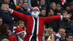 Un aficionado del Bolton vestido de Santa Claus en el estadio del Sunderland en el 2018.