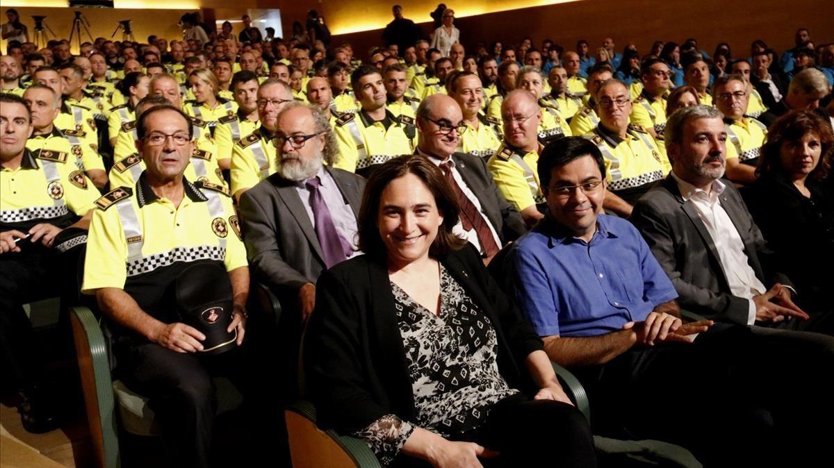 Ada Colau, acompañada por agentes de la Guardia Urbana en el Auditori.
