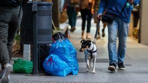 Bolsas de basura tiradas en la calle Gran de Sant Andreu, el pasado 25 de mayo.