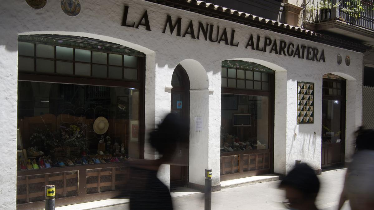 Aspecto actual de la fachada de La Manual Alpargatera, datada de 1941.