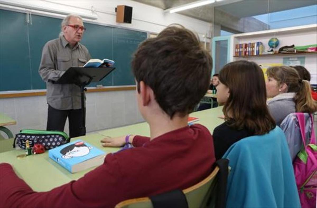 En clase 8 August García, leyendo a sus alumnos 'Wonder', en la escuela El Castellot de La Múnia.