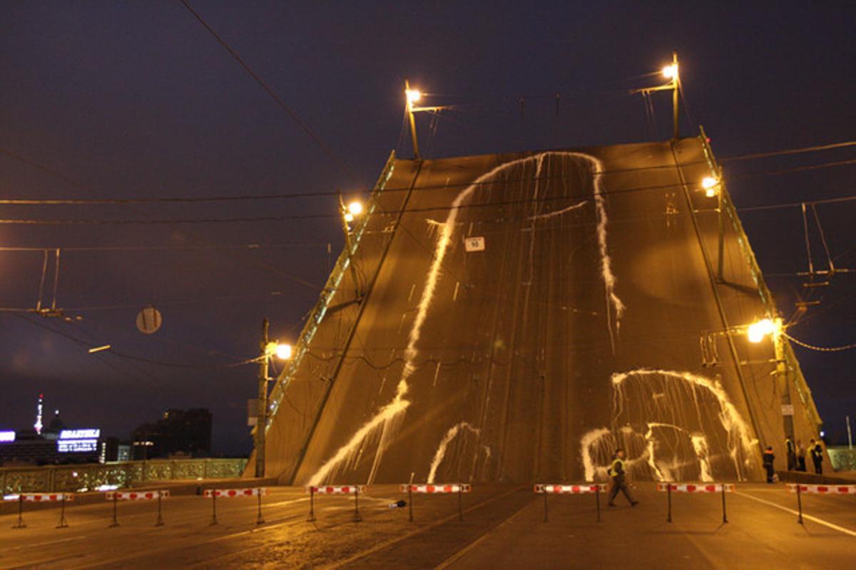 El grafiti, en el puente de Letéini de San Petersburgo, justo enfrente de la sede del antiguo KGB, el 14 de julio del 2010.