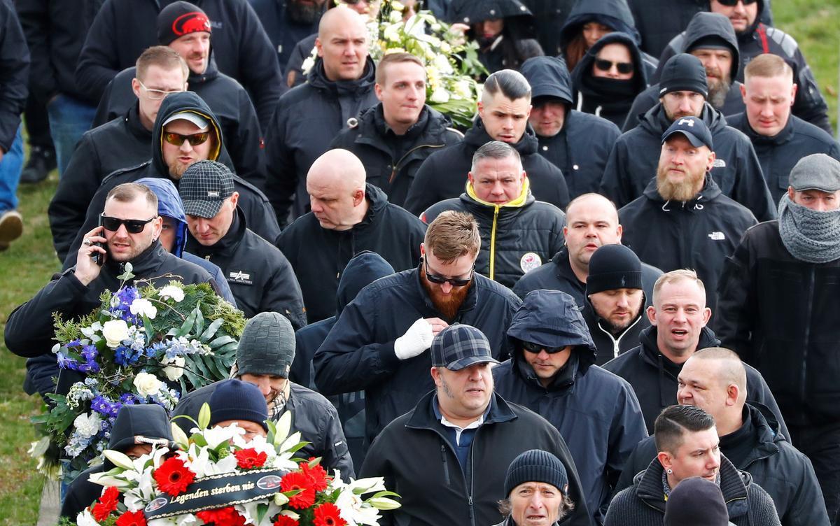 Seguidores de Thomas Haller, fundador del grupo neonazi 'HooNaRa', en un acto de homenaje celebrado en marzo del 2019 en Chemnitz diez días después de la muerte del líder ultra.