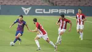 Messi, rodeado de rivales, en el partido ante el Athletic.