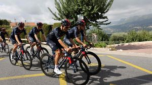 El equipo Ineos se entrena por las montañas cercanas a Niza.