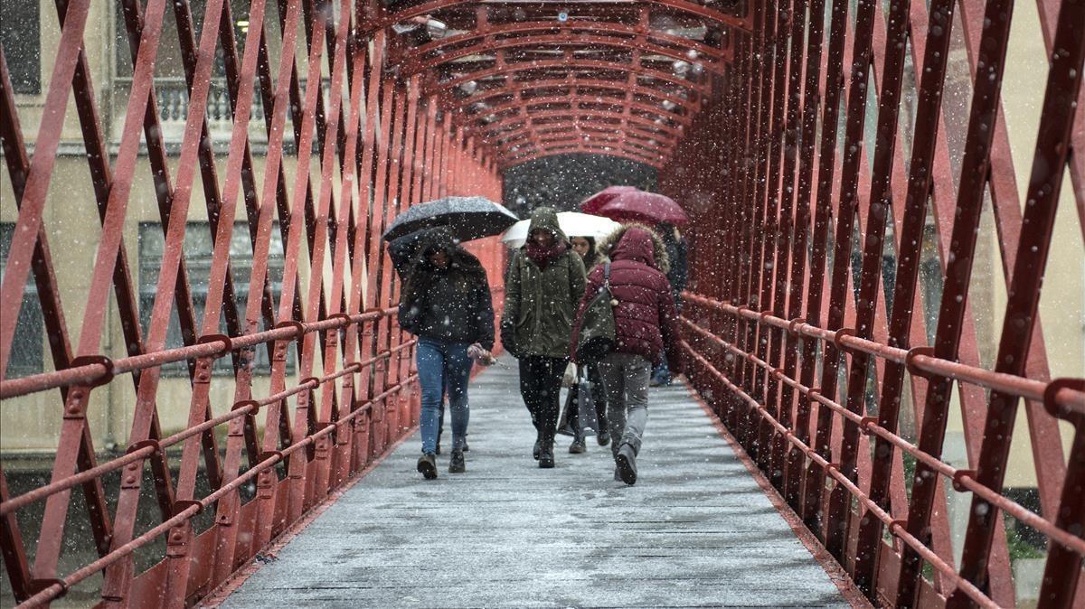 Uno de los puentes más representativos de Girona, nevado.