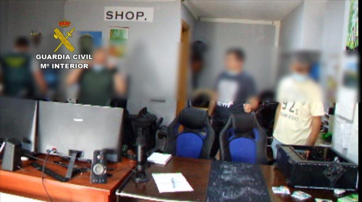 Tres detinguts a Barcelona per estafes massives amb vendes 'online' de tecnologia