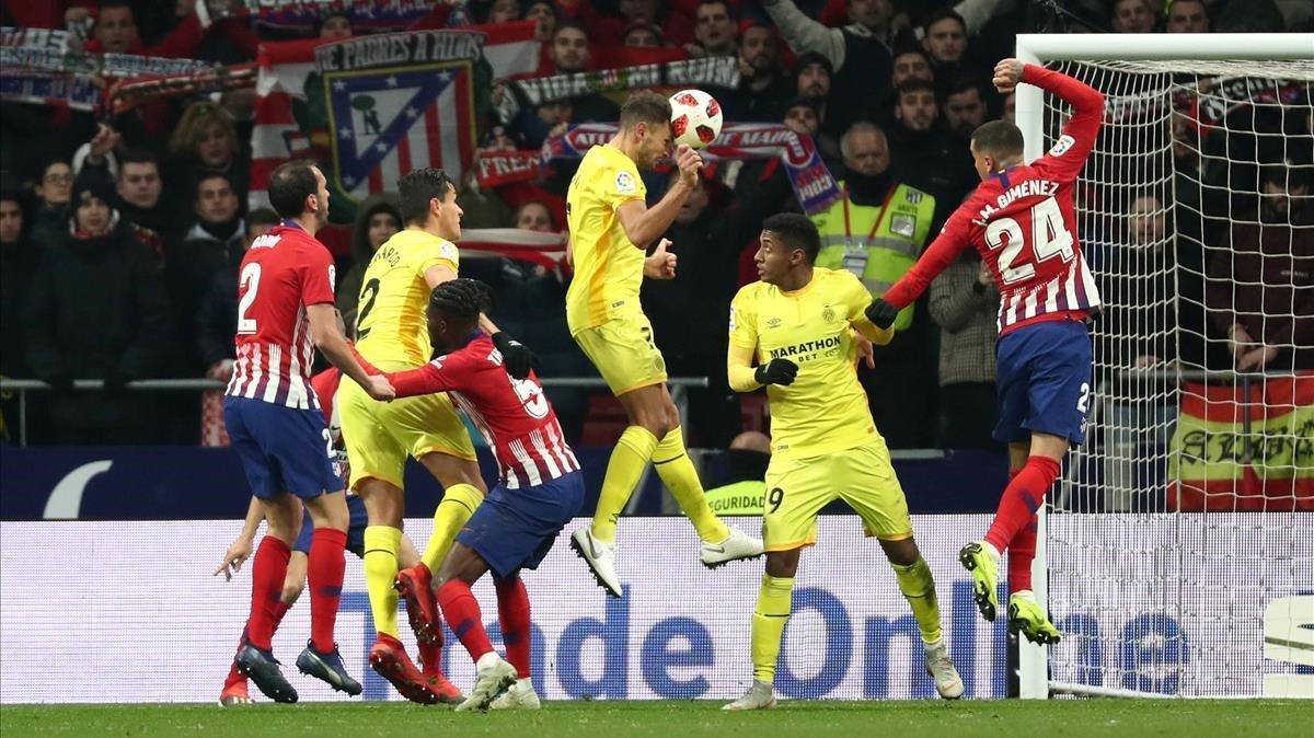 Los jugadores del Atleti y el Girona en el Wanda.