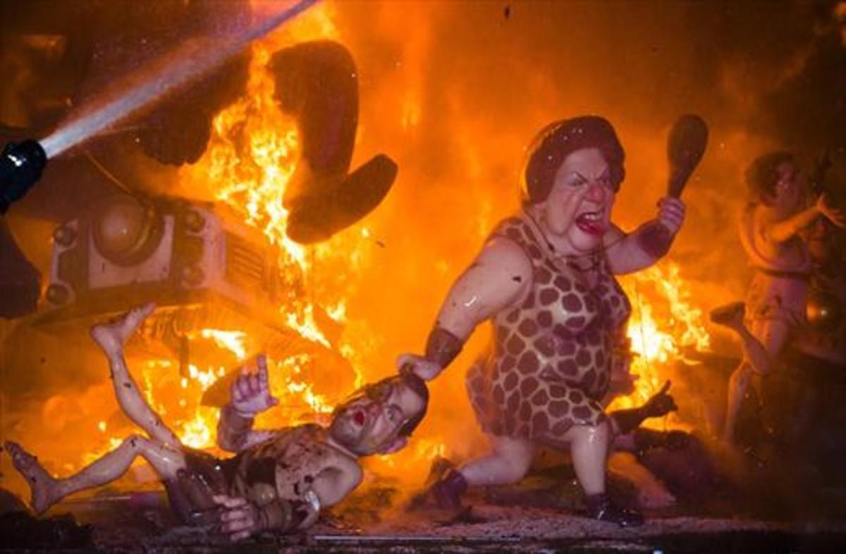 Las figuras de Rita Barberá y Mariano Rajoy, a punto de arder en una falla de Valencia.