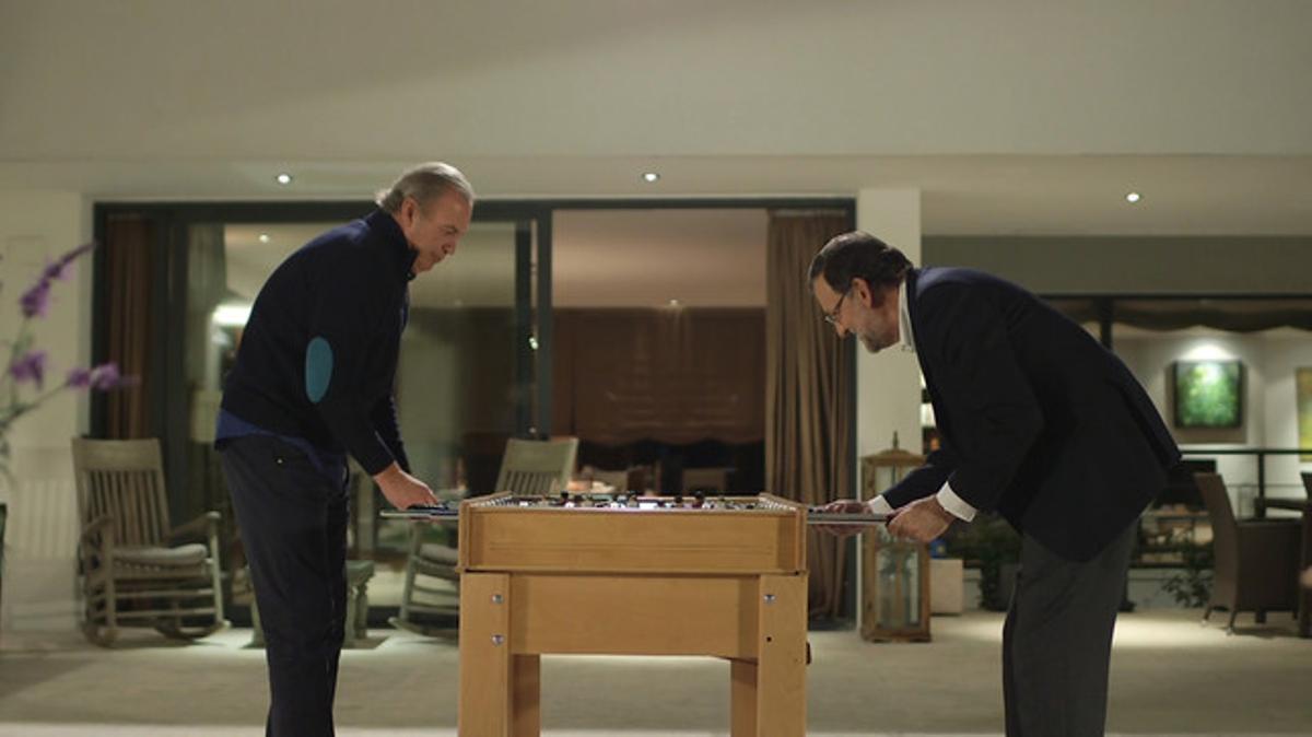 Mariano Rajoy, jugando al futbolín con Bertín Osborne, en el programa de TVE 'En tu casa o en la mía'.