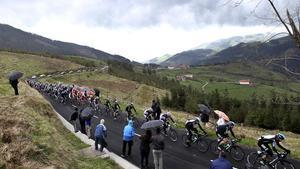 El pelotón transita por el alto de Elosúa en la Vuelta al País Vasco.