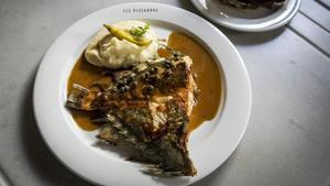 El plato de Sant Pere a la mantequilla negra del restaurante Els Pescadors.