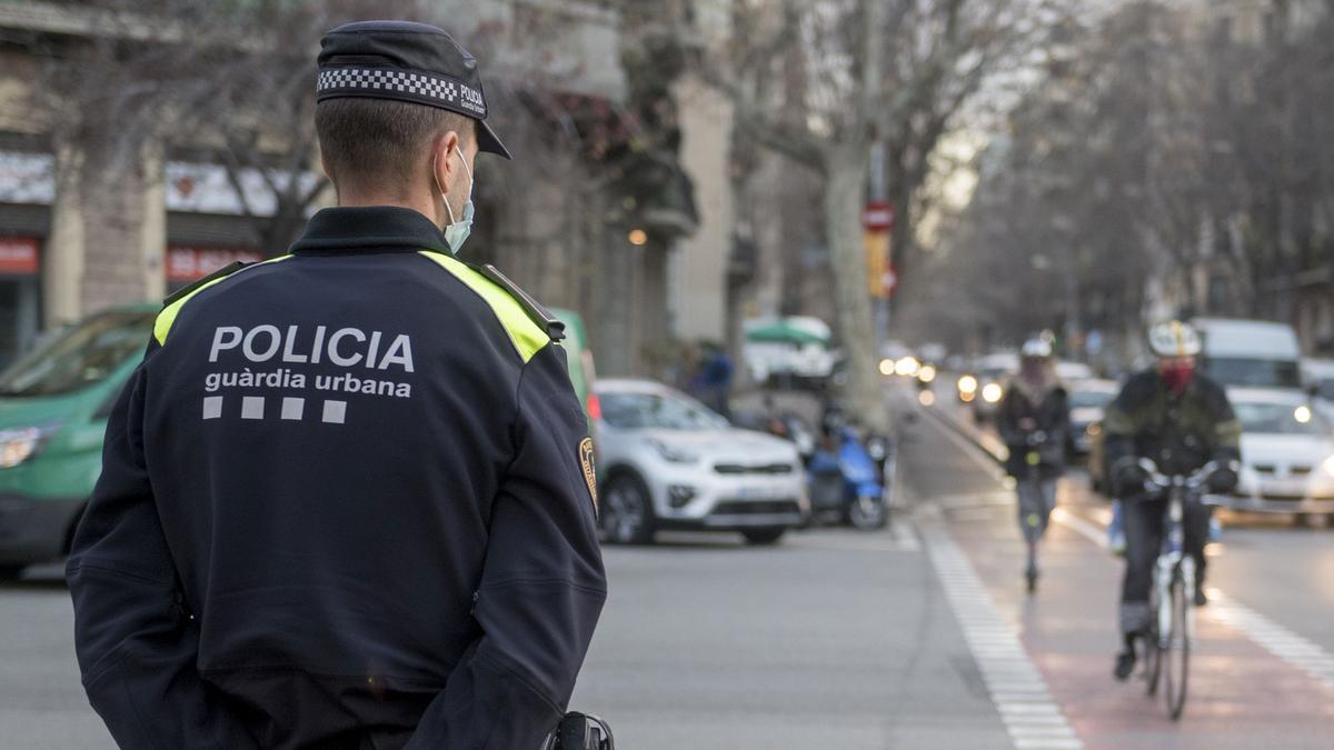 Un agente de la Guardia Urbana en el cruce de Diputació con Urgell en enero pasado.