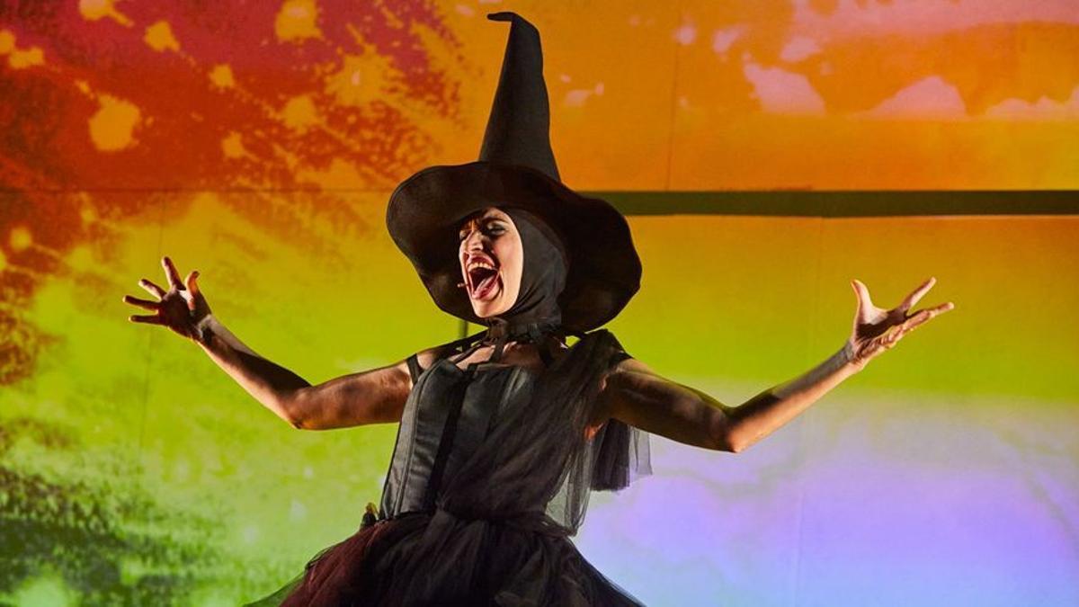 Elena Gadol, en el papel de bruja en la obra del Condal 'El Mago de Hoz'.