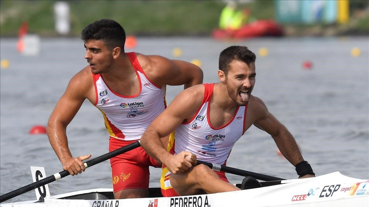 Alberto Pedrero y Pablo Graña reaccionan tras coronarse campeones del mundo en el Mundial de piragüismo de Szeged (Hungría).