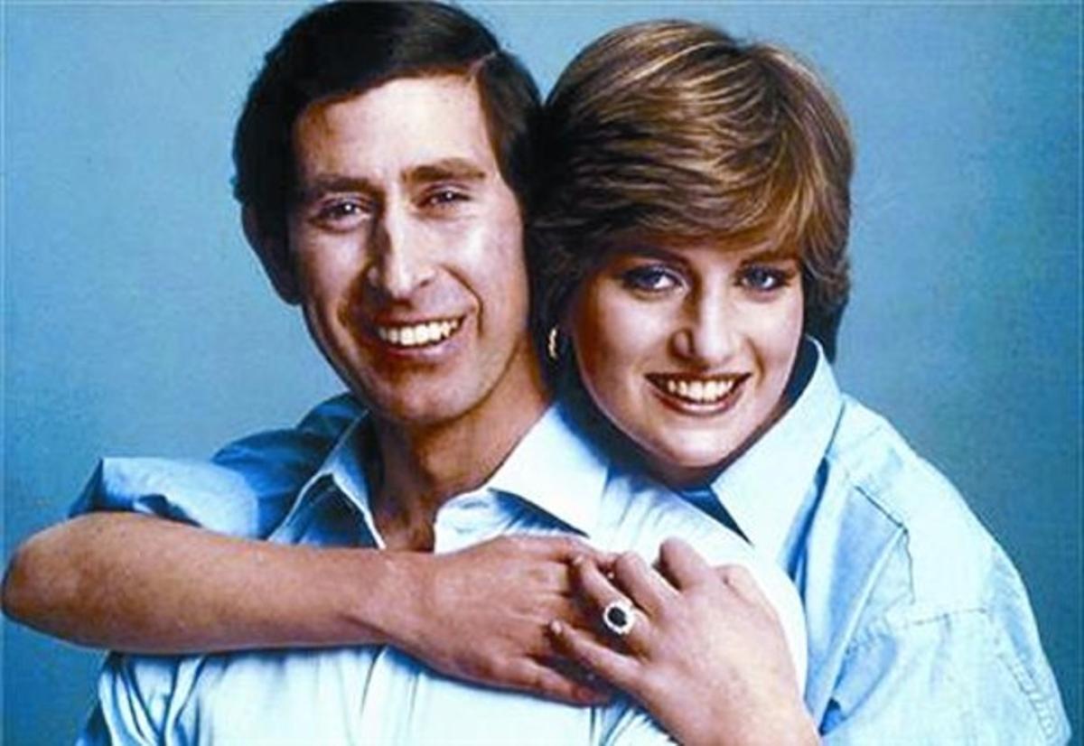 EL COMPROMÍS 3 El 24 de febrer de 1981, la casa reial britànica anunciael compromís matrimonial entre Carles d'Anglaterra i la jove Diana Spencer.