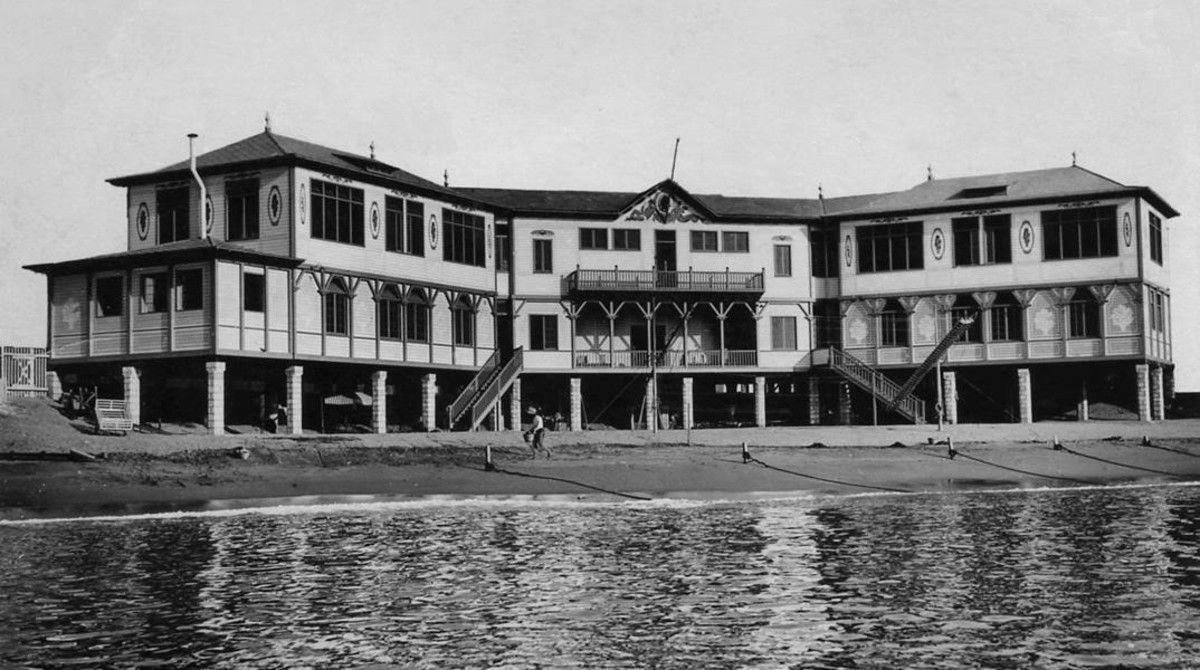 Edificio de la Escola del Mar, construido en 1922 y desaparecido en 1938, en los bombardeos de la Guerra Civil.