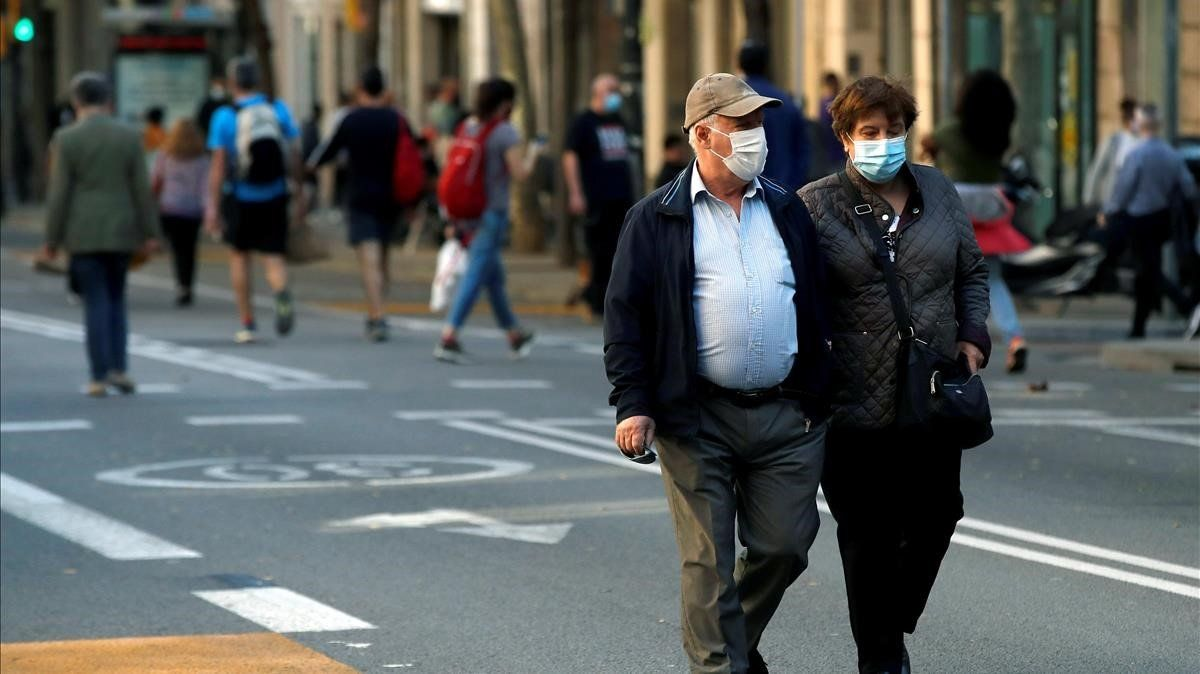 Vecinos del barrio de Sants de Barcelona, ayer.