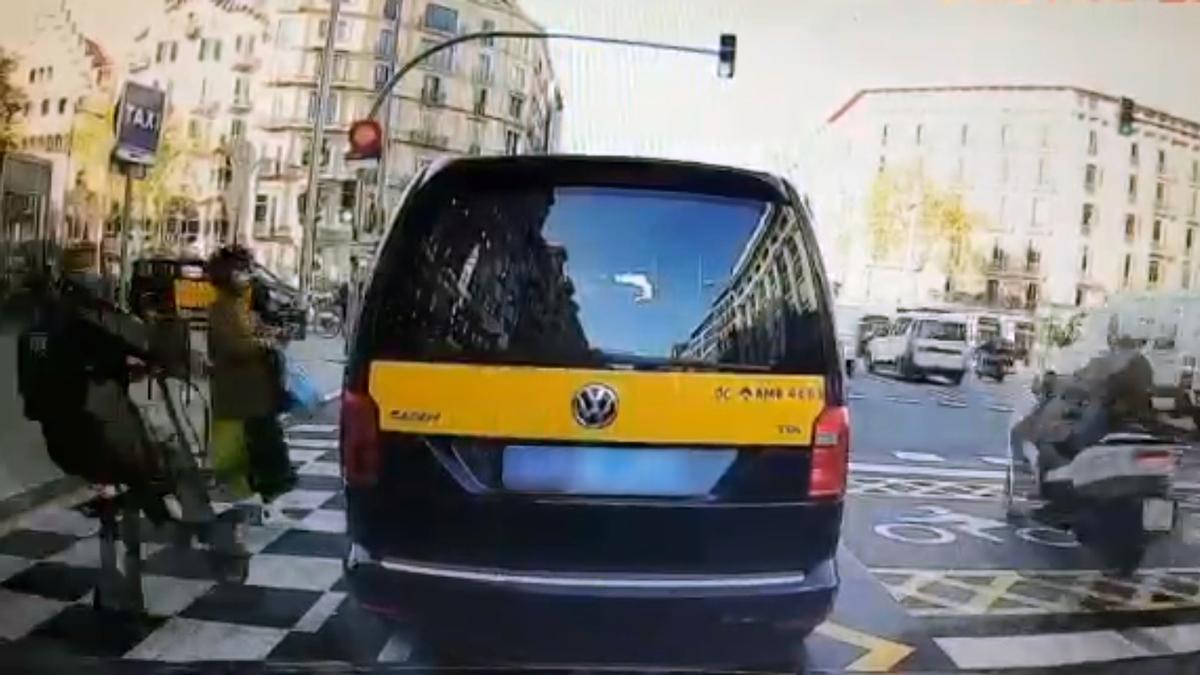 Un patinete atropella a una mujer en la calle de Aragó de Barcelona