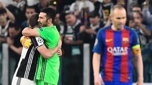 Higuaín y Buffon se abrazan tras la victoria del martes ante un decepcionado Iniesta.