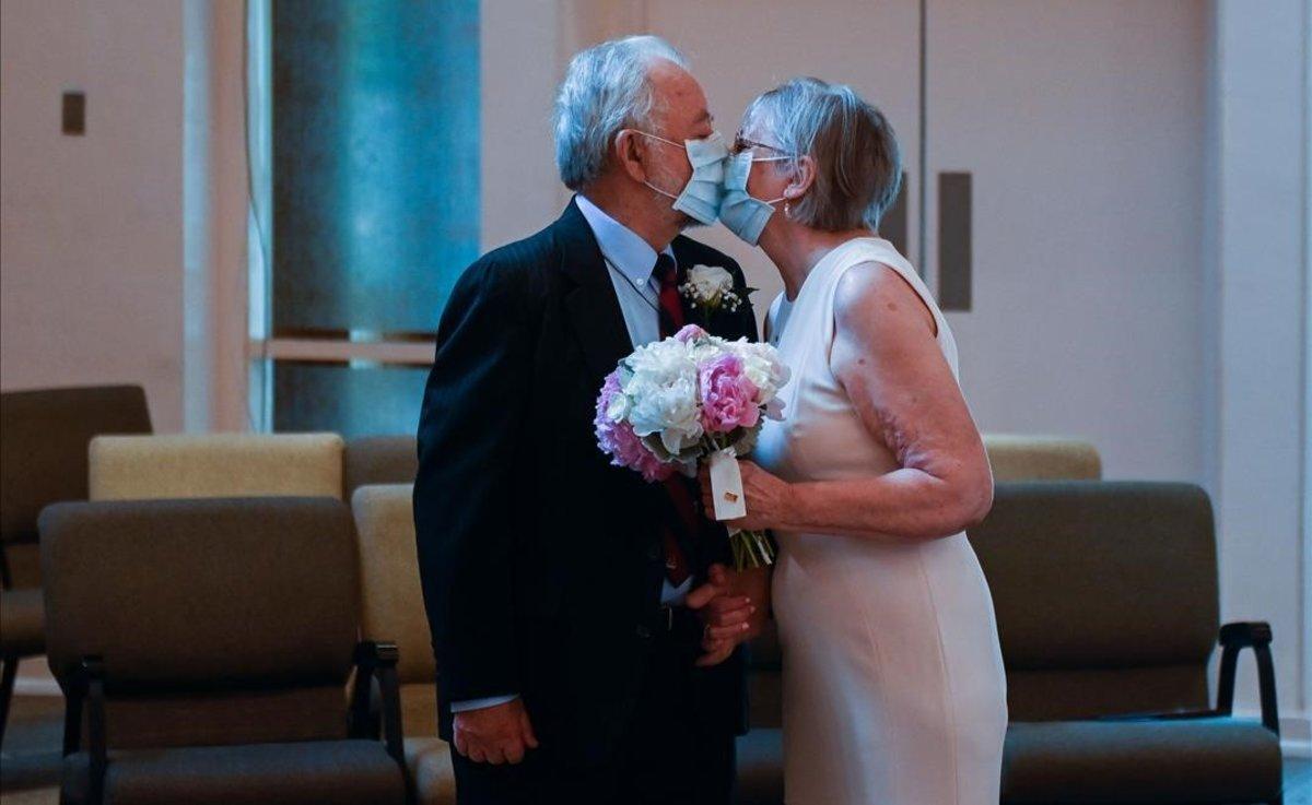 Una pareja contrae matrimonio en Alexandria (Virginia).