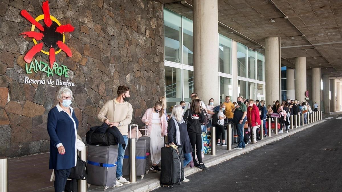 Varios turistas hacen cola para tomar un taxi a su llegada al aeropuerto César Manrique de Lanzarote, el pasado día 24.