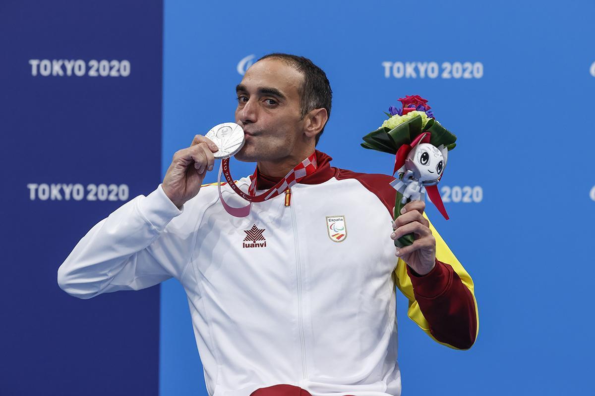 El nadador Miguel Luque, plata en los 50 metros braza, durante la entrega de medallas.