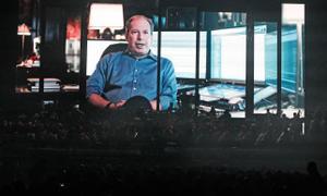 Hans Zimmer proyectado en las pantallas en un concierto reciente sobre su obra en el Palau Sant Jordi.