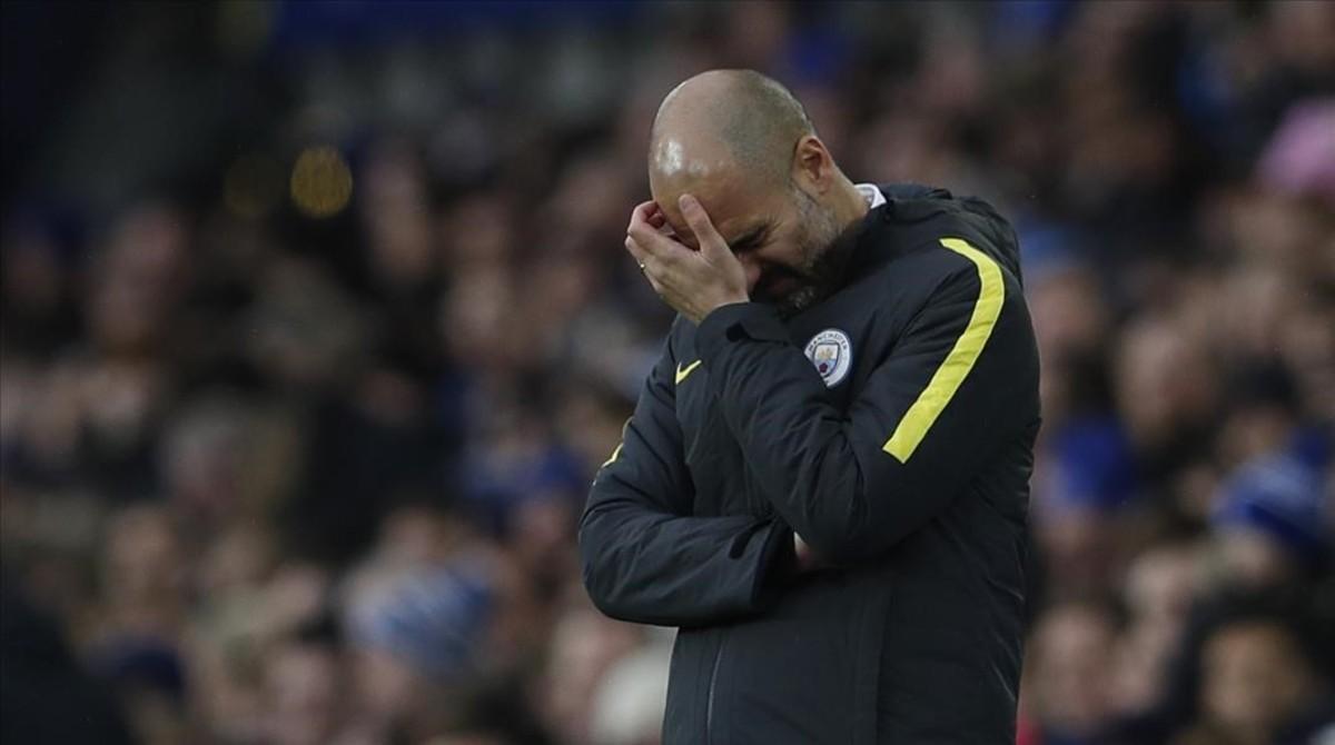 Pep Guardiola, preocupado durante el partido del Manchester City contra el Everton en Goodison Park.
