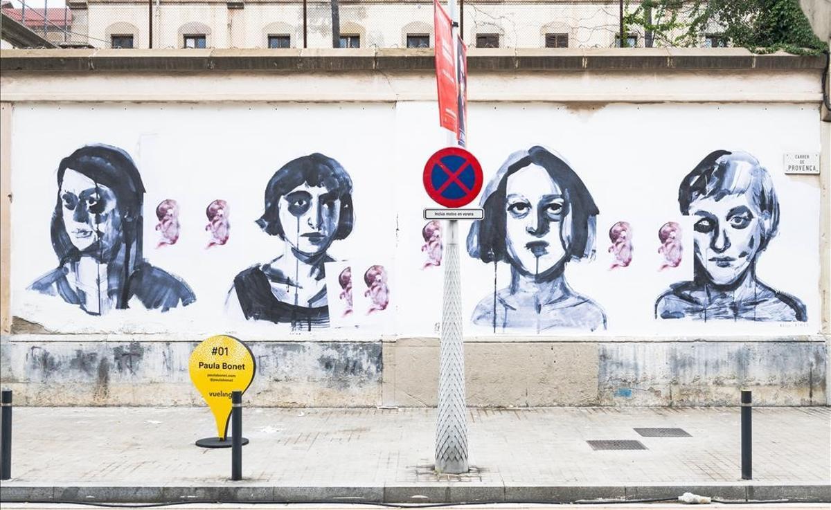 Los cuatro rostros femeninos de Paula Bonet, cada uno con un feto a su lado.