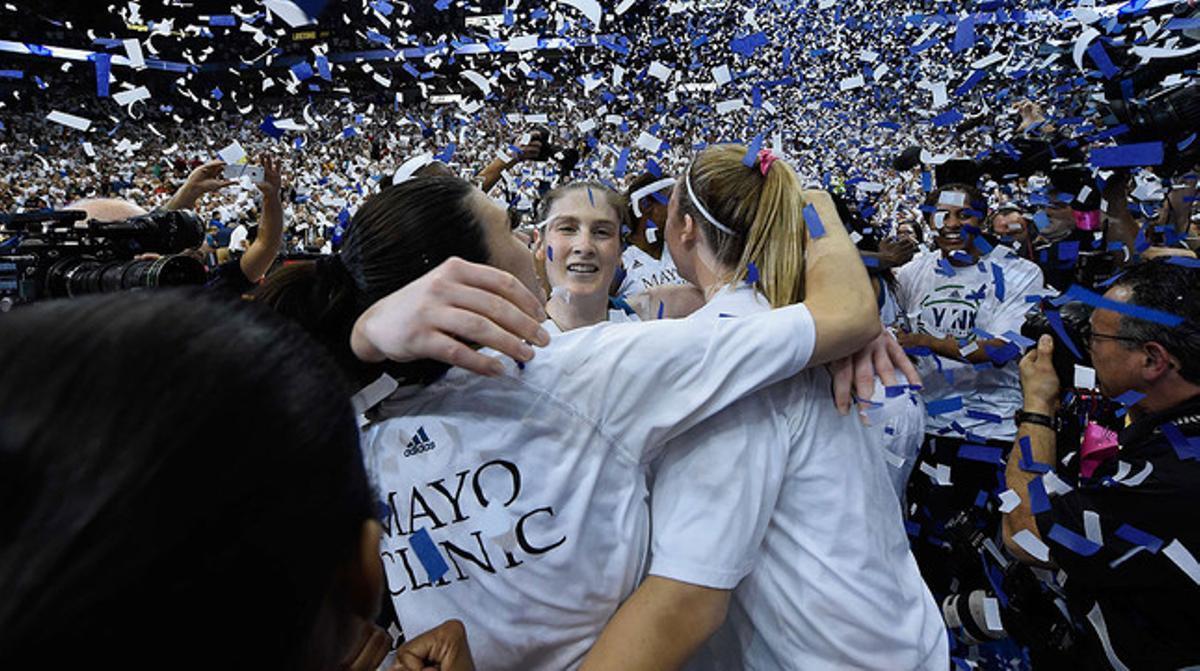 Las jugadoras de las Lynx celebran el triunfo de su equipo en el decisivo quinto partido de las finales de la WNBA.