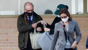 La Audiencia Nacional aprueba la libertad condicional de Rato por las tarjetas opacas. En la foto, Rato y su familia salen de la cárcel de Soto del Real, el 2 de octubre del 2020.