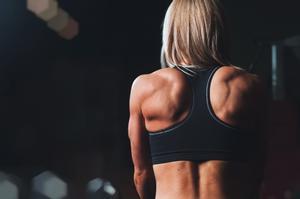 Una mujer de espaldas con un sujetador deportivo.