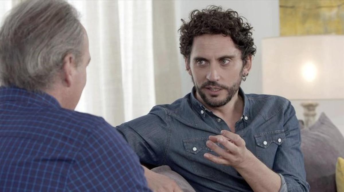Un momento de la entrevista entre Bertín Osborne y el actor sevillano Paco León, en el programa En la tuya o en la mía' de Antena 3.
