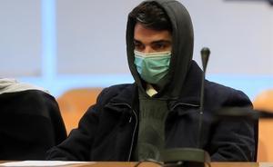 El acusado de matar a su madre y comerse los restos declara ante el jurado.