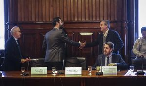 El presidente del Parlament, Roger Torrent, saluda al presidente de la comisión del 155, Antoni Morral, el pasado 6 de noviembre.