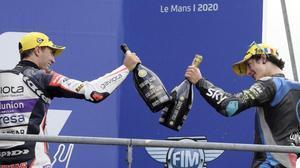 Albert Arenas, a la izquierda, nuevo líder de Moto3, choca su botella de cava con la del italiano Celestino Vietti, ganador, hoy, en Le Mans.
