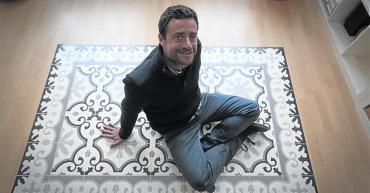 DE MUESTRA.Rossinès posa encima de una de las alfombras de Hidraulik en la sede de la compañía en el barrio barcelonés de Sants.