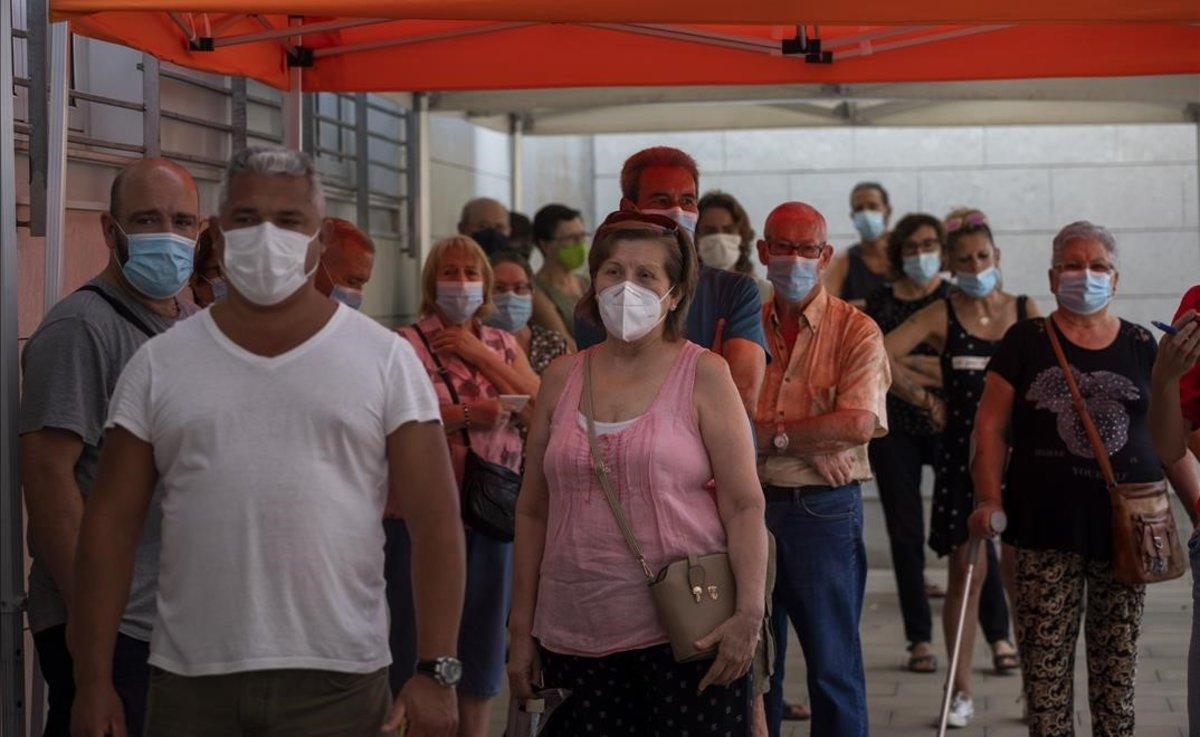 Colas de ciudadanos que esperan para hacerse pruebas PCR en Santa Coloma de Gramenet.