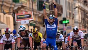 Julian Alaphilippe cruza victorioso la meta de la Milán-San Remo.
