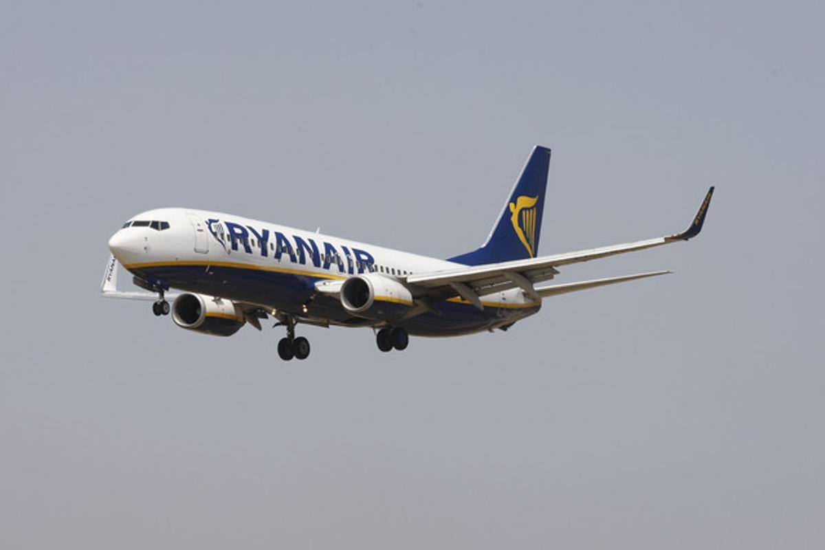 Un avión de Ryanair, a punto de aterrizar en El Prat.