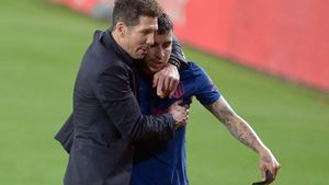 Simeone abraza a Correa tras el empate del Atlético en el Benito Villamarín ante el Betis.