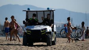 Gran afluència de barcelonins en la reobertura de les platges