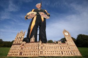 Una efigie de 11 metros del 'speaker' John Berkow sujetando las cabezas de Boris Johnson y Jeremy Corbyt antes de ser quemada en una hoguera en Edenbridge