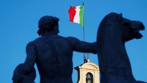 La bandera italiana ondea en el Palacio del Quirinal mientras se espera la inminente dimisión del primer ministro Giuseppe Conte.