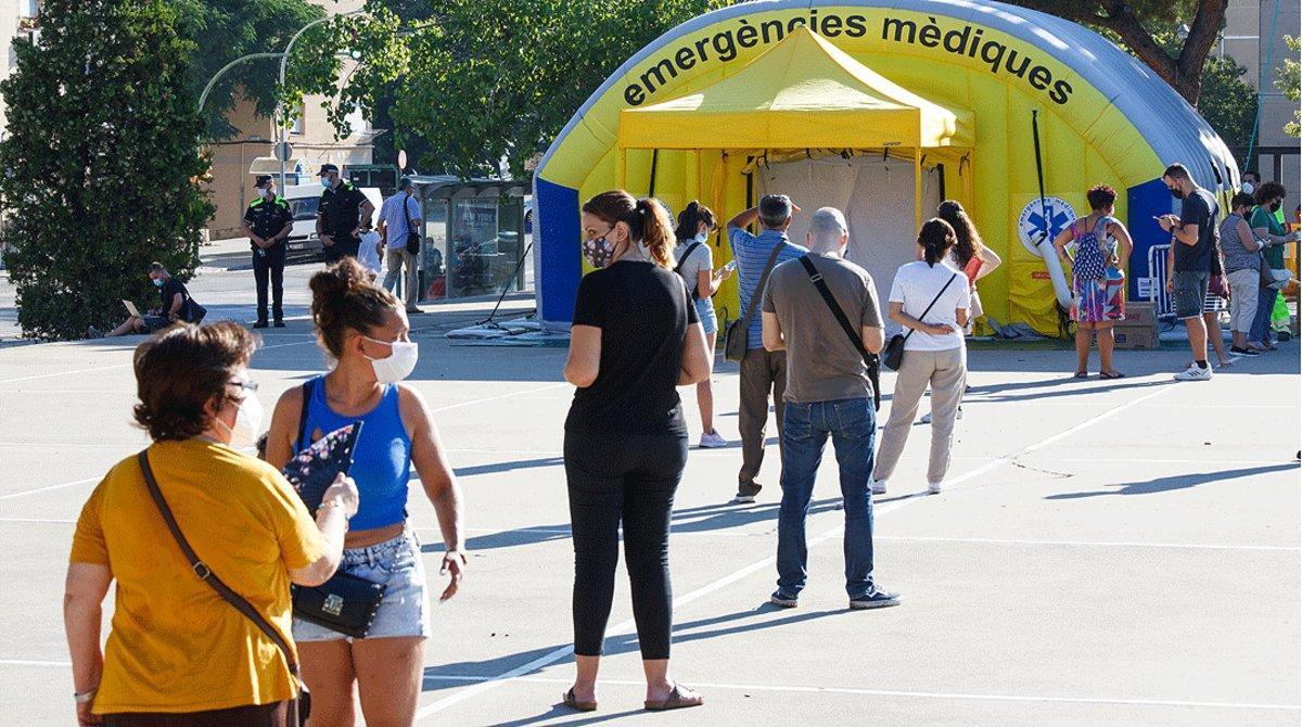 Cola para hacerse la PCR ante una carpa sanitaria instalada en Sabadell, el pasado 6 de agosto.