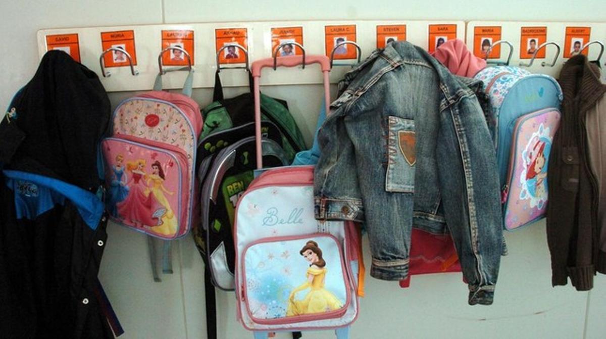Ropa infantil en el perchero de un colegio.