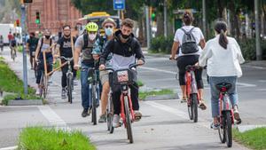 Bicicletas circulando por el paseo de Sant Joan, el pasado septiembre.