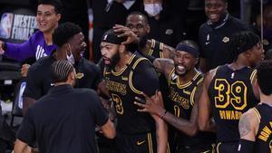 Anthony Davis celebra con sus compañeros el tiro con el que cerró el triunfo de los Lakers