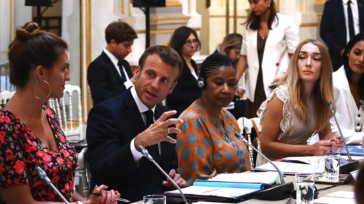 Macron en una reunión con al Consejo de Igualdad entre Mujeres y Hombres, previa a la cumbre del G-7.